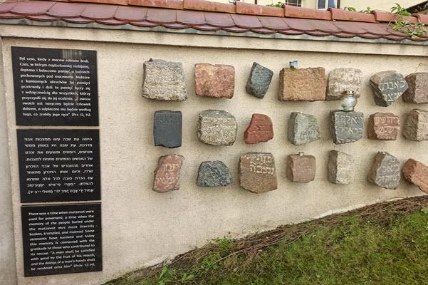 בית הקברות בחצר הבית